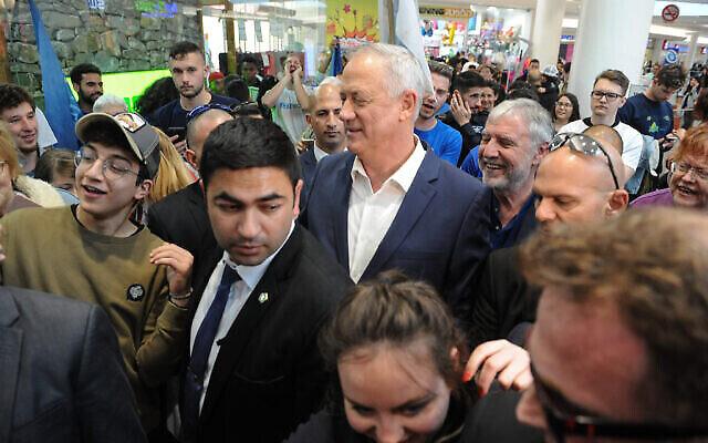 Le dirigeant du parti Kakhol lavan Benny Gantz fait campagne au Grand Canyon Mall à Haïfa, le jour des élections, le 2 mars 2020. (Crédit : Flash90)