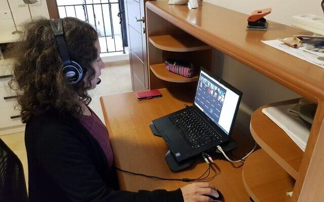 Une enseignante du Technion dispense un enseignement à distance avant l'ouverture du semestre de printemps en ligne. (Bureau du porte-parole du Technion)