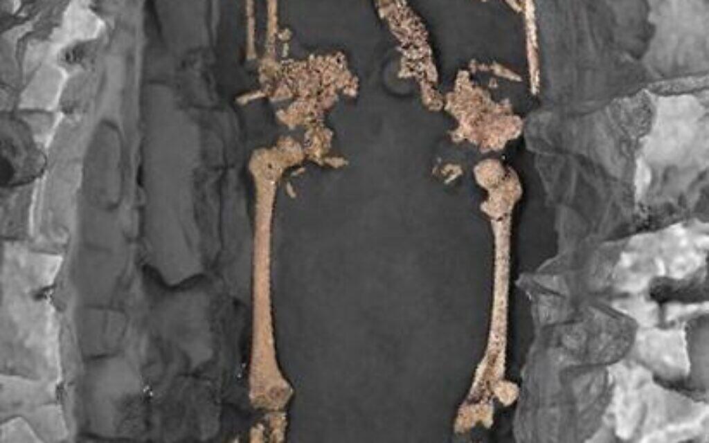 Vue zénithale 3D de la sépulture individuelle S30. L'individu est un adulte féminin, inhumé sur le dos avec les membres supérieurs en extension le long du corps et selon une orientation ouest-est. Deux pierres encadrent le crâne. La décomposition du corps s'est effectuée en espace vide. (Crédit : Philippe Blanchard/H. Holzem/Inrap)
