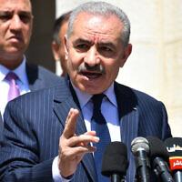 Le Premier ministre de l'Autorité palestinienne, Mohammed Shtayyeh, lors d'une conférence de presse à Ramallah, le 29 mars 2020. (Crédit : Wafa)