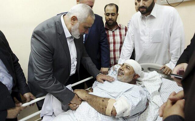 Ismail Haniyeh, chef du bureau politique du Hamas, rend visite à Tawfiq Abu Naim à l'hôpital de Shifa à Gaza City, le 27 octobre 2017 (Crédit : Mohammad Austaz, Hamas Media Office via AP)