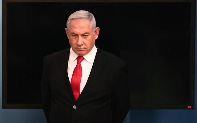 Le Premier ministre israélien Benjamin Netanyahu arrive pour un discours à son bureau de Jérusalem, le samedi 14 mars 2020. (Crédit : Gali Tibbon / Pool via AP)
