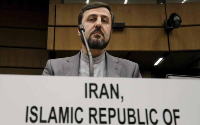 Kazem Gharib Abadii, l'ambassadeur de l'Iran auprès de l'Agence internationale de l'énergie atomique, AIEA, attend le début d'une réunion du comité des gouverneurs de l'AIEA au Centre international à Vienne, en Autriche, le jeudi 22 novembre 2018. (AP Photo / Ronald Zak)