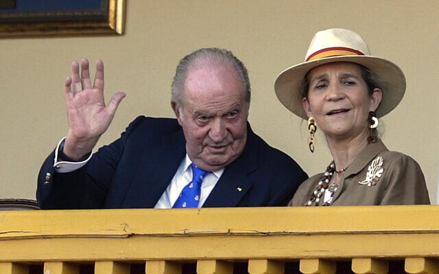 L'ancien roi d'Espagne Juan Carlos, à gauche, lors d'une corrida dans les arènes d'Aranjuez, en Espagne, le dimanche 2 juin 2019. (Crédit : AP / Andrea Comas)