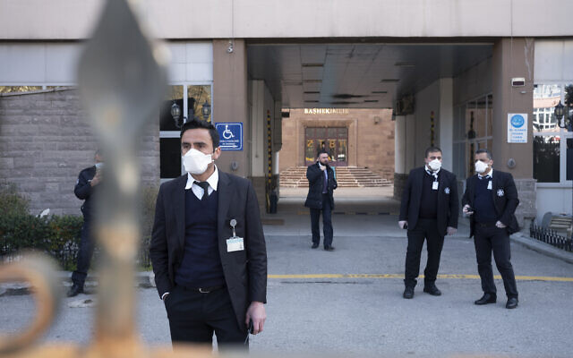 Des officiels de la sécurité sont à l'entrée de l'hôpital Zekai Tahir Burak où 17 passagers d'un vol de Turkish Airlines en provenance de Téhéran, suspectés d'être contaminés au coronavirus, ont été placés en quarantaine, à Ankara en Turquie, le mardi 25 février 2020.  (AP Photo / Burhan Ozbilici)