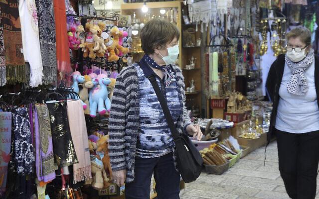 Des personnes portant des masques faciaux en visite dans la Vieille Ville de Jérusalem, le vendredi 28 février 2020. (AP/Mahmoud Illean)