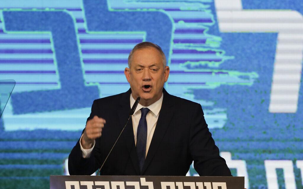 Le leader du parti Kakhol lavan, Benny Gantz, s'exprime après la révélation des résultats des sondages de sortie des urnes au siège de son parti, à Tel Aviv, le 3 mars 2020. (Crédit :  AP/Sebastian Scheiner)