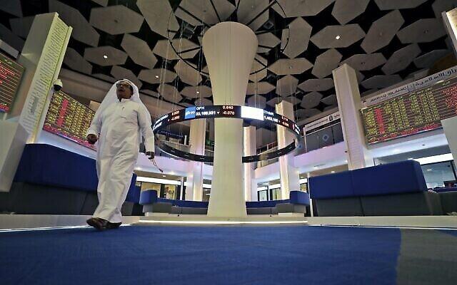 Un trader à la bourse de Dubaï aux Émirats arabes unis, le 12 mars 2020. (Crédit : AP Photo/Kamran Jebreili)