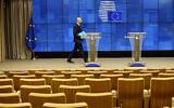 Le président de la commission européenne Charles Michel arrive pour s'adresser à une salle de conférence de presse presque vide après une vidéoconférence avec des leaders du G7 à la Commission européenne de Bruxelles, le 16 mars 2020. (Crédit : AP Photo/Olivier Matthys)