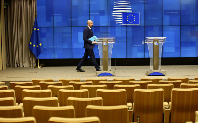 Le président de la commission européenne Charles Michel arrive pour s'adresser à une salle de conférence de presse presque vide après une vidéoconférence avec des leaders du G7 à la Commission européenne de Bruxelles, le 16 mars 2020 (Crédit :  AP Photo/Olivier Matthys)