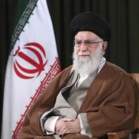 Sur cette photo publiée le 20 mars 2020 par le site officiel du bureau du Guide suprême iranien, le Guide suprême Ayatollah Ali Khamenei pose pour un portrait avant de délivrer son message pour le Nouvel An iranien, ou Nowruz, à Téhéran, Iran. (Bureau du Guide suprême iranien via AP)