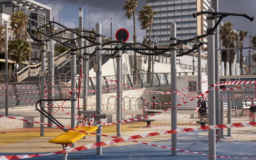 Une aire de jeux d'une plage de Tel Aviv fermée au public, en pleine pandémie de coronavirus, le 19 mars 2020. (Crédit : AP Photo/Oded Balilty)
