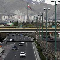 """Des voitures se déplacent sur une autoroute au nord de Téhéran en Iran, le vendredi 20 mars 2020 pour la premier jour du Nouvel an iranien, appelé Nowruz, ou """"nouveau jour"""" en persan, la fête iranienne marquant l'équinoxe du printemps. (AP Photo/Vahid Salemi)"""