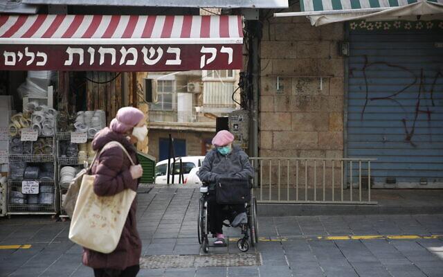 Le marché de Jérusalem quasi-désert, en pleine pandémie de coronavirus, le 22 mars 2020. (Crédit : AP Photo/Ariel Schalit)