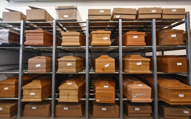 Illustration : Sur cette photo du 23 mars 2020, des cercueils sont placés sur des rayonnages au Tempio crematorio de Plaisance, au nord de l'Italie, en attente de crémation en raison de l'urgence liée au coronavirus. (Claudio Furlan/LaPresse via AP)