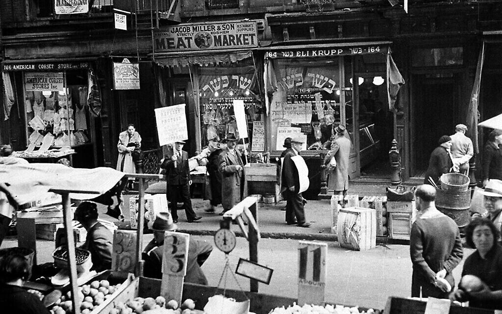 Des bouchers casher font un piquet de grève devant une boutique au cœur d'un quartier juif sur Orchard Street dans le Lower East Side de New York, le 4 octobre 1937. (Photo AP)