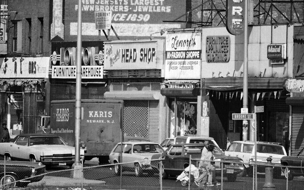 Springfield Ave. à Newark, New Jersey, le 1er mai 1974, point de départ d'une violente émeute en 1967. La paix extérieure règne dans la rue et dans les projets de logements surpeuplés, mais les magasins sont vides et les espaces vides entre les bâtiments témoignent des effets des émeutes, des incendies et des marteaux des démolisseurs au fil des ans. (AP Photo/Jerry Mosey)