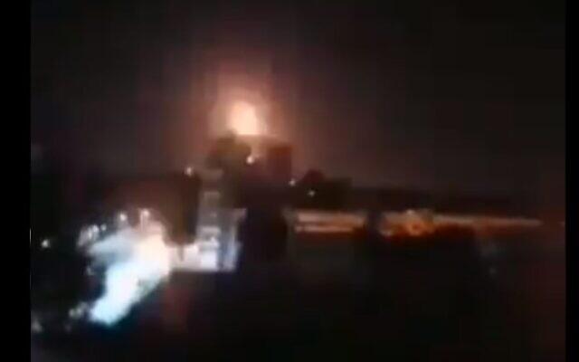 Une explosion dans la ville de Homs, attribuée à des frappes israéliennes, le 5 mars 2020. (Capture d'écran Twitter)