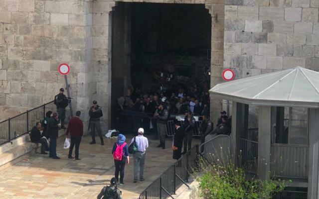 Capture d'écran d'une photo de l'incident de l'attaque au couteau contre la police des frontières à proximité de la Porte de Damas dans la Vieille Ville de Jérusalem. (Crédit : Twitter)