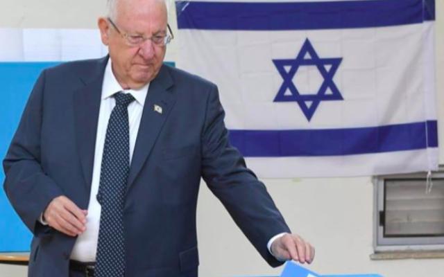 Reuven Rivlin vote le 2 mars 2020 à Jérusalem. (Crédit : Mark Neyman/GPO)
