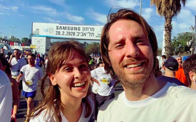 Ophélie Meunier, présentatrice de «Zone Interdite» sur M6, et son mari Matthieu Vergne, au marathon de Tel Aviv, le 28 février 2020. (Crédit : Matthieu Vergne / Instagram)