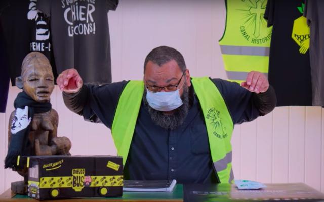 Le polémiste Dieudonné faisant la promotion de masques médicaux dans une vidéo YouTube. (Capture d'écran : YouTube / Dieudonné Officiel)