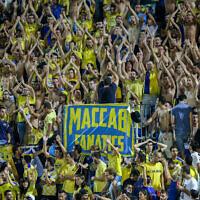 Des fans du Maccabi Tel Aviv se réjouissent lors du match de football retour du tour préliminaire de la Ligue des champions de l'UEFA entre le FC Basel 1893 et le Maccabi Tel Aviv au stade Bloomfield de Tel Aviv, le 25 août 2015. (Yonatan Sindel/Flash90)