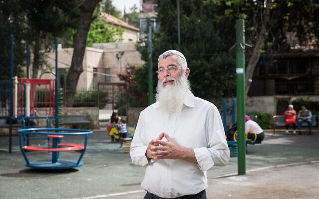 Le rabbin Dov Zinger sur un terrain de jeu à Jérusalem, le 5 avril 2016 (Crédit : Hadas Parush/Flash90)