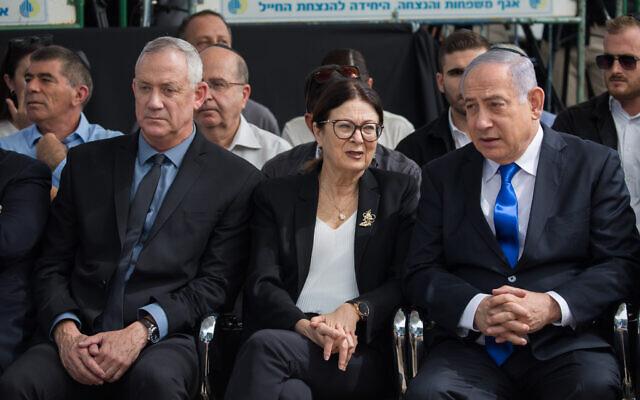 Le Premier ministre Benjamin Netanyahu (à droite), le dirigeant de Kakhol lavan Benny Gantz (à gauche) et la présidente de la Cour suprême Esther Hayut lors de la cérémonie commémorative pour le défunt président Shimon Peres, au cimetière du Mont Herzl à Jérusalem, le 19 septembre 2019. (Yonatan Sindel/Flash90)