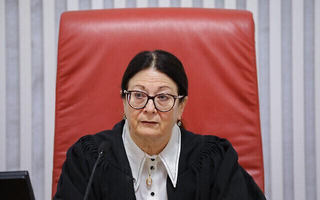 La présidente de la Cour suprême Esther Hayut lors d'une audience préliminaire de la Haute Cour sur la question de savoir si un député faisant l'objet d'une inculpation pénale peut être mis sur écoute pour former une coalition, le 31 décembre 2019. (Yonatan Sindel/Flash90)