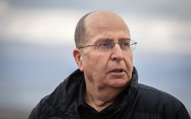 Moshe Yaalon, membre du parti Kakhol lavan, lors d'une visite au point d'observation de Vered Yeriho, dans le désert de Judée, le 21 janvier 2020. (Crédit : Hadas Parush/Flash90)