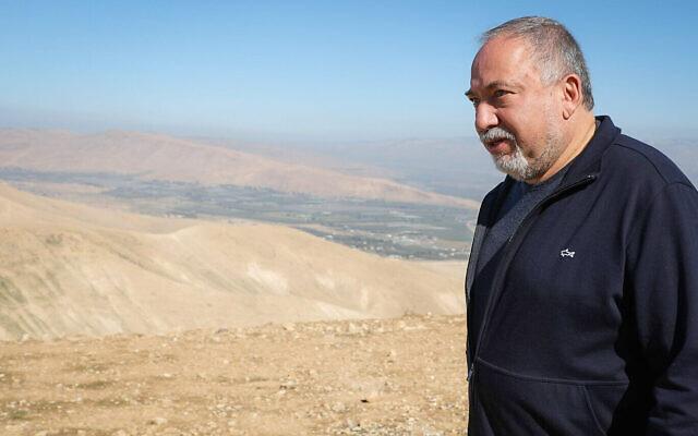 Le dirigeant d'Yisrael Beytenu, Avigdor Liberman, en visite dans la vallée du Jourdain, le 26 janvier 2020. (Flash90)