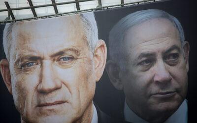 Des affiches électorales du parti Kakhol lavan montrent les candidats Benny Gantz (à gauche) et Benjamin Netanyahu, le 18 février 2020. (Miriam Alster/Flash90)