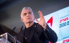 Le député de Kakhol lavan Yair Lapid prend la parole lors de la conférence Maariv à Herzliya, le 26 février 2020. (Crédit : Miriam Alster / Flash90)