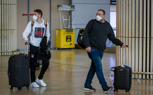 Illustration - Des personnes portant des masques par crainte du coronavirus à l'aéroport international Ben Gurion, le 27 février 2020. (Flash90)