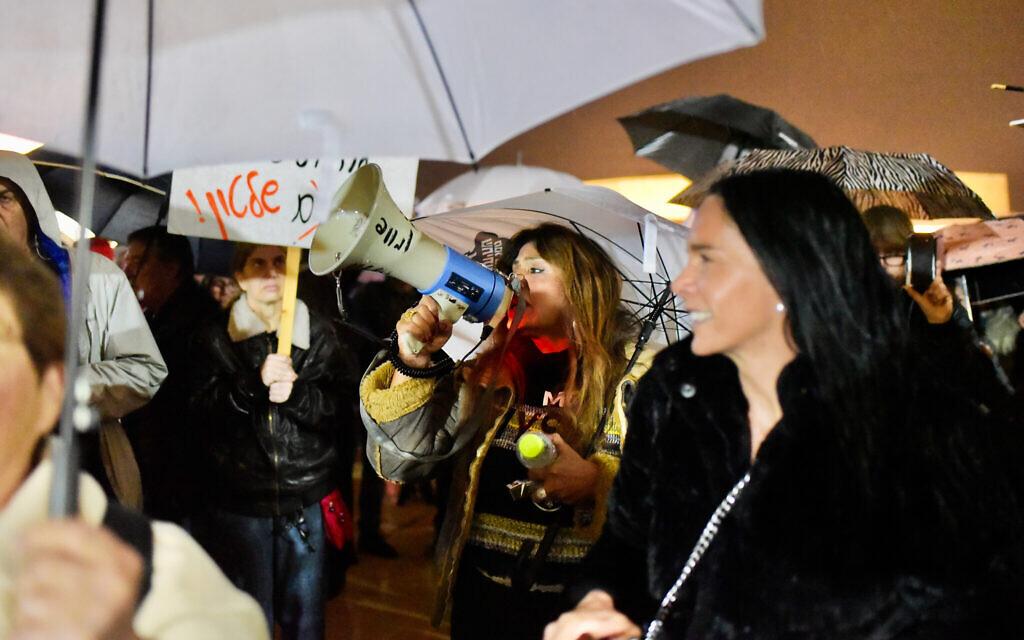 Des activistes de gauche protestent contre le Premier ministre Benjamin Netanyahu,  l'appelant à démissionner, place Habima à Tel Aviv, le 29 février 2020 (Crédit : Avshalom Sassoni/Flash90)