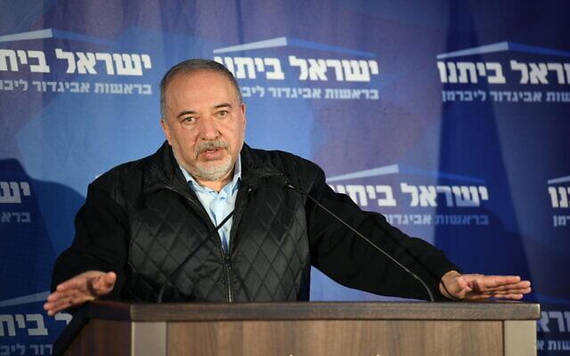 Le dirigeant du parti Yisrael Beytenu Avidgor Liberman s'exprime au siège de son parti à Modiin, le soir des élections, le 2 mars 2020. (Crédit : Sraya Diamant/ Flash90)