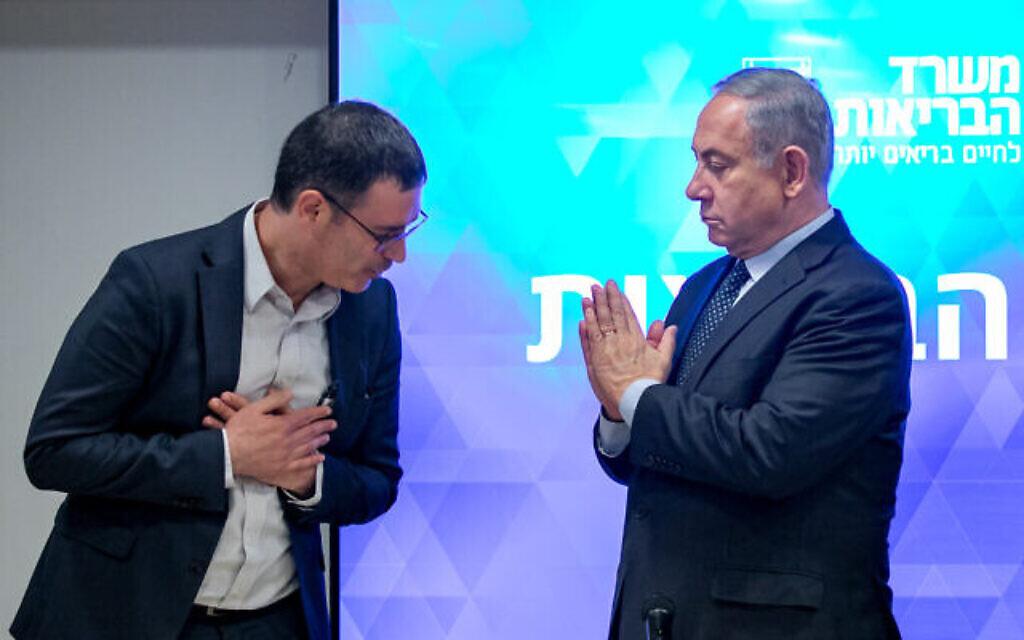 Le Premier ministre israélien Benjamin Netanyahu (à droite) et le directeur général du ministère de la Santé Moshe Bar Siman Tov lors d'une conférence de presse sur le coronavirus COVID-19, au ministère de la Santé à Jérusalem, le 4 mars 2020. Photo par Olivier Fitoussi/Flash90