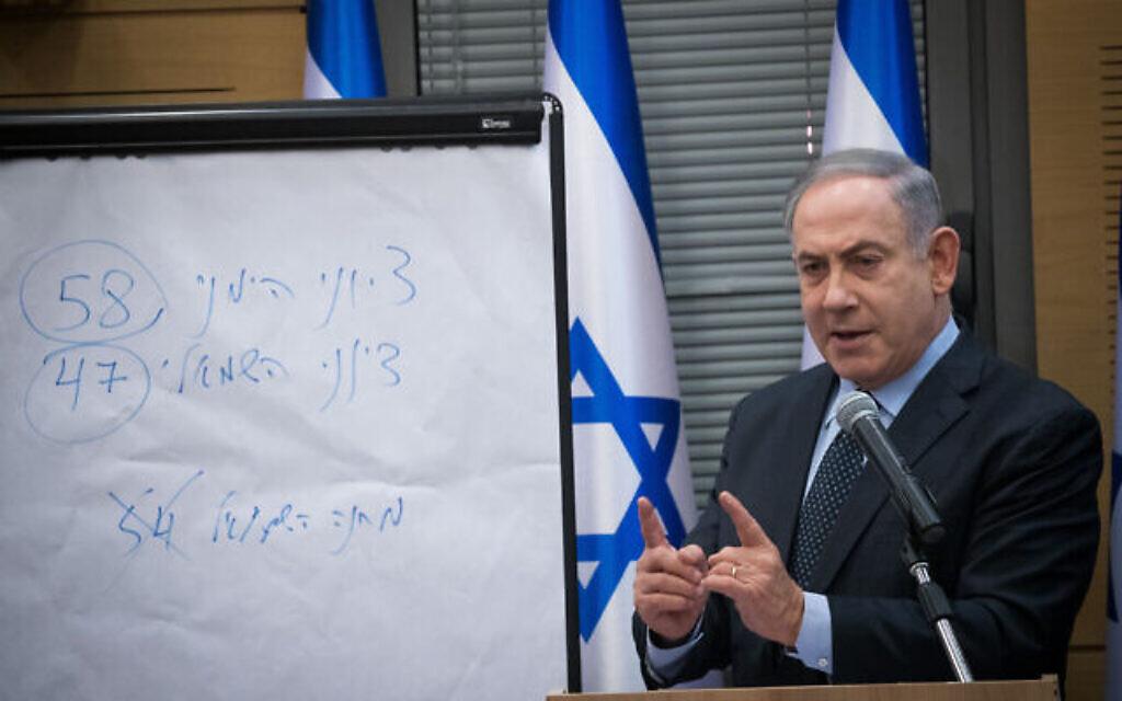 """Le Premier ministre Benjamin Netanyahu s'adresse aux membres des partis de droite et orthodoxe. Sur le tableau, il écrit que la droite sioniste a remporté 58 sièges lors des élections, et la gauche sioniste 47 - comprenant Kakhol lavan, Yisrael Beytenu et Travailliste-Gesher-Meretz. (La mention """"Camp de gauche - 54"""" est rayée). Ces chiffres excluent la Liste arabe unie composée de partis majoritairement arabes, qui a remporté 15 sièges lors de l'élection du 2 mars. (Yonatan Sindel/Flash90)"""