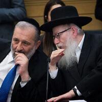Le ministre de l'Intérieur Aryeh Deri, (à gauche), s'entretient avec le ministre de la Santé Yaakov Litzman lors d'une réunion à Jérusalem, le 4 mars 2020. (Yonatan Sindel/Flash90)