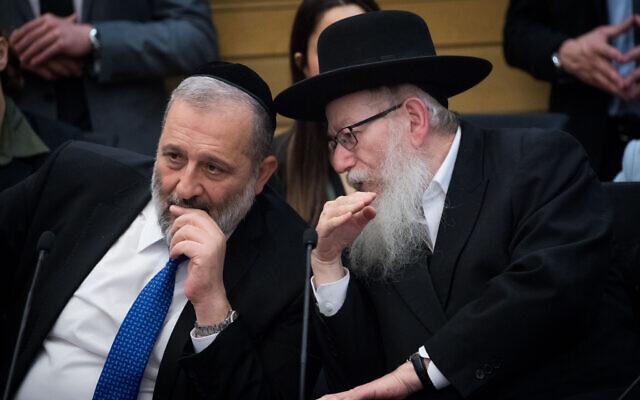 Le ministre de l'Intérieur Aryeh Deri, (à gauche), s'entretient avec le ministre de la Santé de l'époque Yaakov Litzman lors d'une réunion à Jérusalem, le 4 mars 2020. (Yonatan Sindel/Flash90)