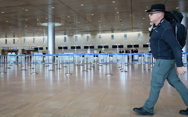 Les salles de départ vides de l'aéroport Ben Gurion. Les gens annulent leurs voyages par crainte du coronavirus. Le 4 mars 2020. (Yossi Zamir/Flash90)