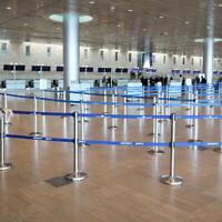 Les halls de départ vides de l'aéroport Ben Gurion. Les gens annulent leurs voyages par crainte du coronavirus, le 4 mars 2020. (Crédit : Yossi Zamir/Flash90)