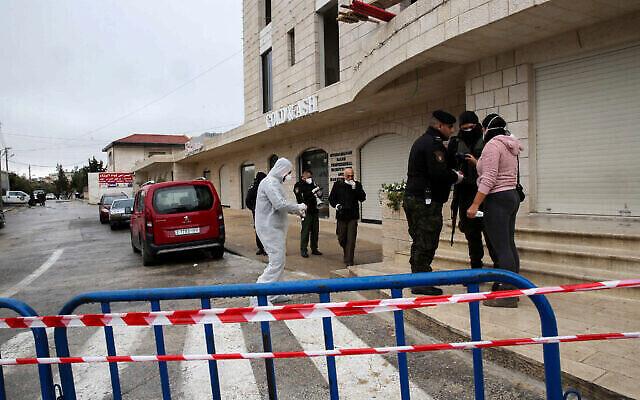 Les forces de sécurité palestiniennes bloquent l'entrée de l'Angel Hotel dans la ville de Bethléem en Cisjordanie, le 5 mars 2020. (Crédit : Wisam Hashlamoun/Flash90)