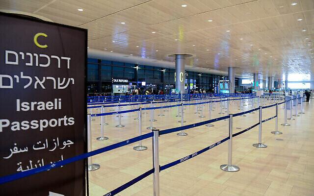 Les salles de départ vides de l'aéroport Ben Gurion. Les gens annulent leurs voyages par crainte du coronavirus, le 8 mars 2020. (Crédit : Flash90)