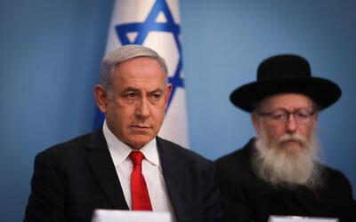 Le Premier ministre Benjamin Netanyahu, (à gauche), et le ministre de la Santé Yaakov Litzman tiennent une conférence de presse sur le coronavirus, au bureau du Premier ministre à Jérusalem, le 8 mars 2020. (Yonatan Sindel/Flash90)
