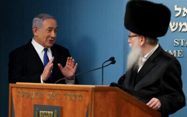 Le Premier ministre Benjamin Netanyahu (à gauche) avec le ministre de la Santé Yaakov Litzman, à Jérusalem, le 11 mars 2020. (Crédit : Flash90)
