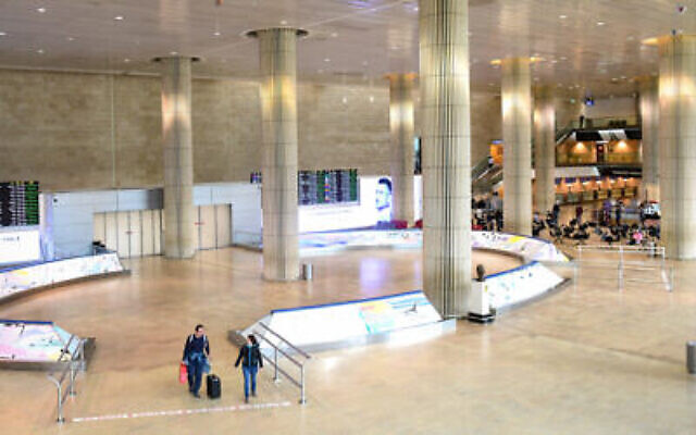 Le hall des arrivées pratiquement vide de l'aéroport international Ben Gurion, le 11 mars 2020. (Crédit : Flash90)
