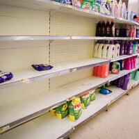 Un supermarché de la ville de Tzfat dévalisé, en pleine pandémie de coronavirus, le 14 mars 2020. (Crédit : David Cohen/Flash 90)