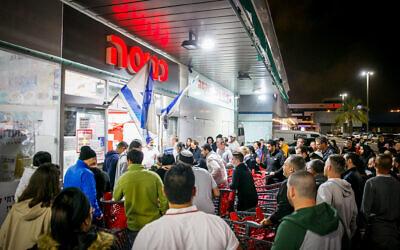 Des Israéliens font la queue devant le supermarché Rami Levy à Ashdod, le 14 mars 2020. (Flash90)